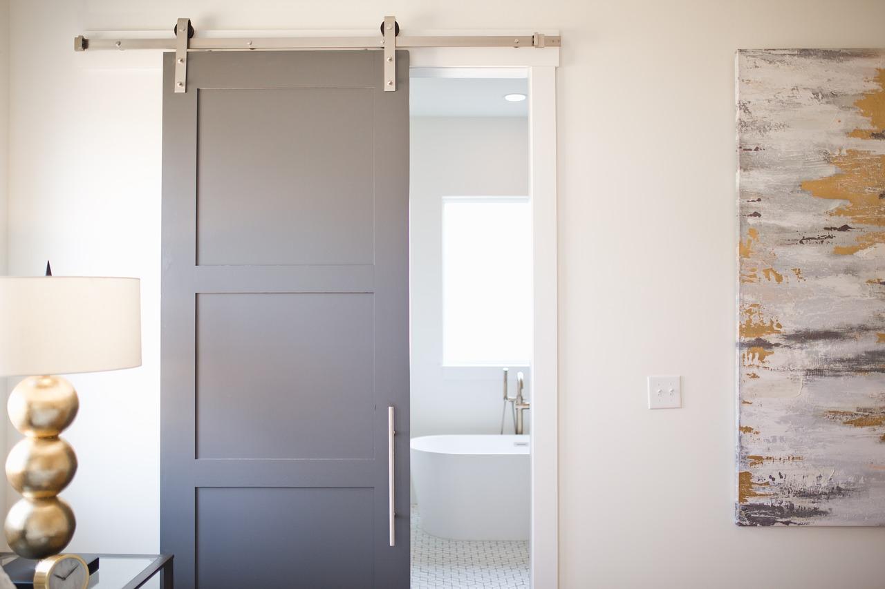Systemy drzwi przesuwnych – co powinniśmy wiedzieć na ich temat?